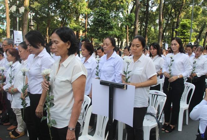 Nhiều người xúc động tại lễ tưởng niệm nạn nhân tử vong do tai nạn giao thông.