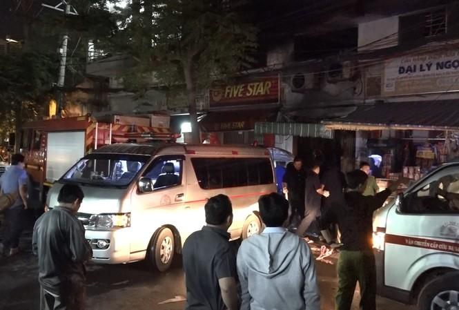 Xe cứu thương đưa thi thể các nạn nhân về nhà xác.