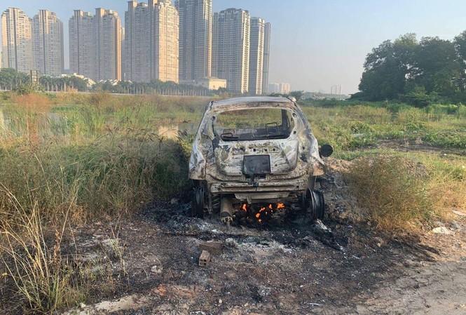 Hiện trường chiếc xe ô tô bị đốt.