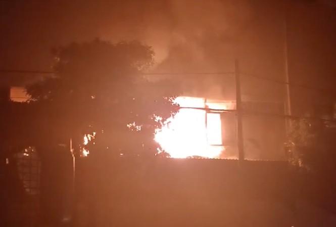 Khói lửa bốc lên nghi ngút tại phim trường.