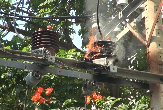 Trạm biến áp bốc cháy sau vụ nổ.