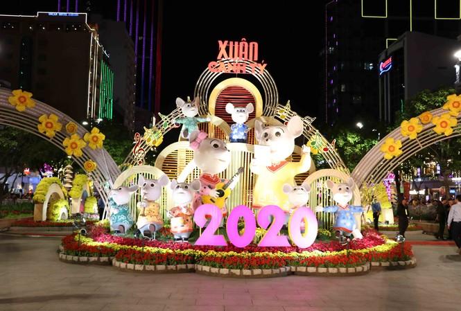 Cổng chính đường hoa là gia đình nhạc công chuột cao hơn 3m.