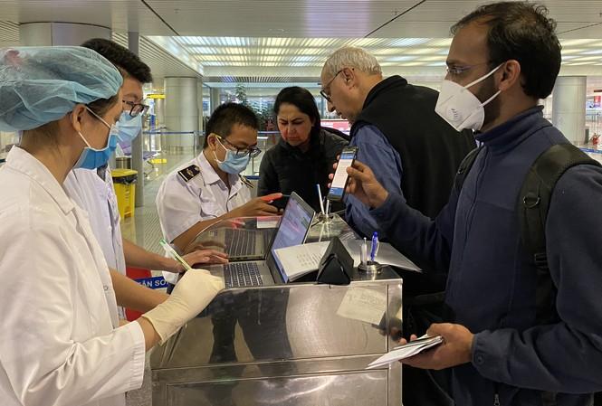Kiểm dịch y tế quốc tế TPHCM kiểm tra tất cả hành khách nhập cảnh vào TPHCM.