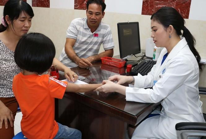 Bác sĩ thăm khám, tư vấn cho gia đình bệnh nhi.