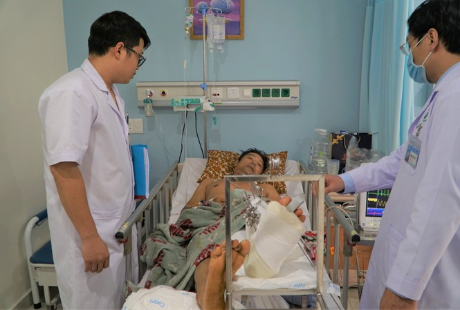 Các bác sĩ chăm sóc cho bệnh nhân sau mổ.