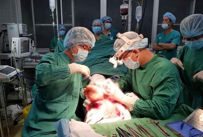Các bác sĩ thực hiện phẫu thuật nối bàn chân cho bệnh nhân.