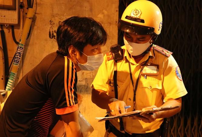Ngoài công tác điều tiết, CSGT cũng tăng cường xử lý các hành vi vi phạm luật giao thông.