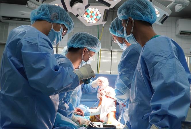 Các bác sĩ phẫu thuật ghép xương cho bệnh nhân.
