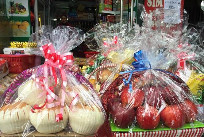 Giỏ hoa quả tết giá tiền triệu hút khách hàng