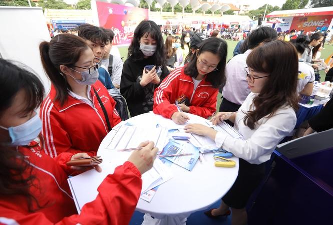 Các bạn trẻ hào hứng check-in tại Sóng Festival