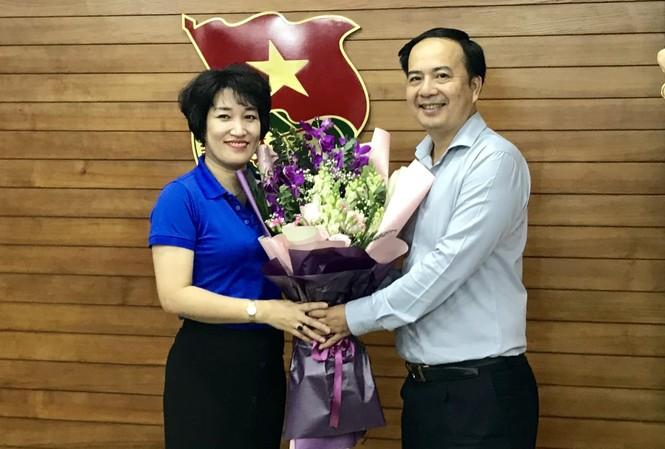 Đồng chí Nguyễn Anh Tuấn, Phó Bí thư thường trực Đảng ủy cơ quan Trung ương Đoàn tặng hoa chúc mừng chị Lê Hồng Hạnh