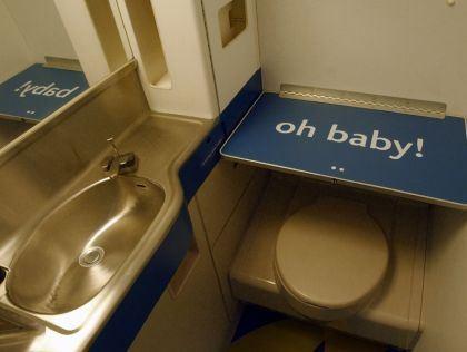 """Nhà vệ sinh trong máy bay, nơi cô tiếp viên này thường chọn để """"đi khách"""". Ảnh minh họa"""