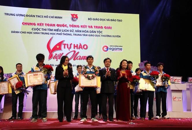 """Huỳnh Thanh Thân, học sinh lớp 11 (Khánh Hòa) đạt giải nhất và được trao vòng nguyệt quế cuộc thi """"Tự hào Việt Nam"""""""