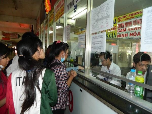 Hành khách mua vé tại bến xe Miền Đông