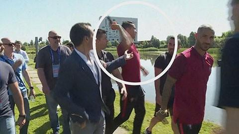RADIO EURO 2016: Ronaldo ném micro của phóng viên xuống hồ