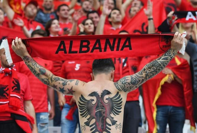 Một fan của ĐTQG Albania xăm trên lưng hình con đại bàng hai đầu hùng dũng - biểu tượng xuất hiện trên quốc kì Albania.