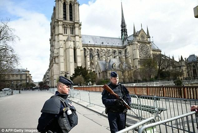 An ninh tại Pháp được thắt chặt kể từ khi nước này liên tục phải hứng chịu các cuộc khủng bố. Trong ảnh là các binh lính Pháp tuần tra bên ngoài nhà thờ Đức Bà hồi đầu năm nay.
