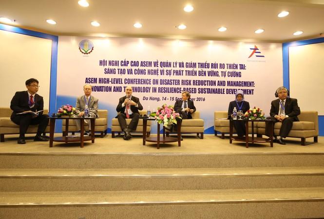 Các đại biểu chủ trì các phiên thảo luận tại hội nghị.