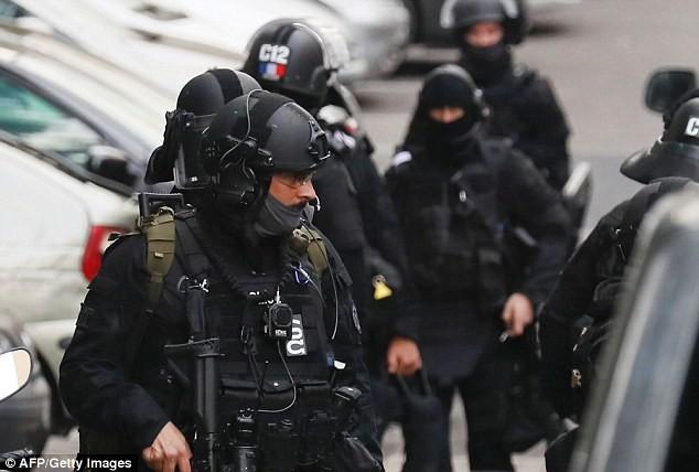 Cảnh sát Pháp tập trung quanh căn nhà nơi nghi phạm ở.