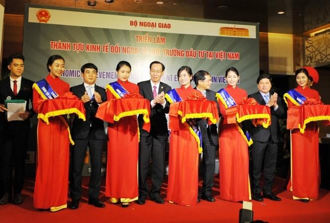 Ông Nghiêm Xuân Thành - Chủ tịch HĐQT Vietcombank (thứ 3 từ trái sang) cùng lãnh đạo UBND TP Hồ Chí Minh, Bộ Ngoại giao, Bộ Nông nghiệp và Phát triển Nông thôn cắt băng khai mạc Triển lãm Thành tựu kinh tế đối ngoại và Môi trường đầu tư tại Việt Nam.
