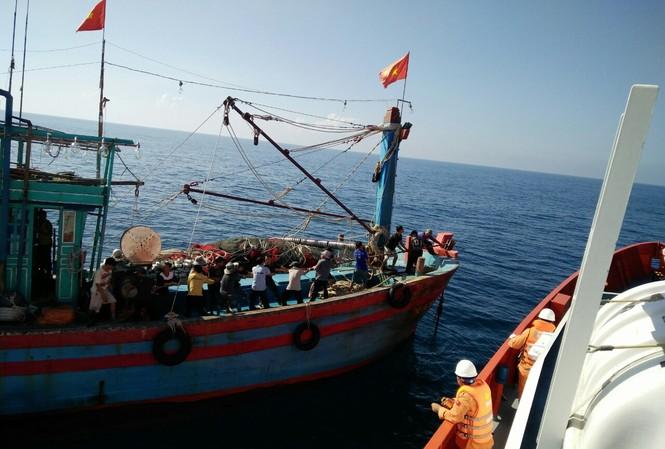 Tàu cứu hộ tiếp cận cứu nạn tàu cá bị hỏng máy