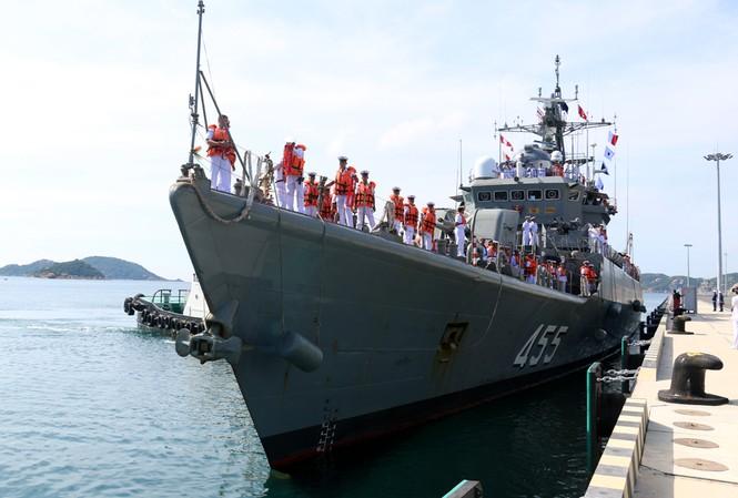 Tàu hộ vệ tên lửa Chaophraya (FF-455 cập cầu cảng số 2, bến 3B Cảng Quốc tế Cam Ranh