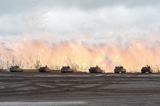 Xe tăng lực lượng mặt đất Nhật Bản bắn pháo sáng trong cuộc tập trận ở núi Phú Sĩ. Ảnh: JGSDF