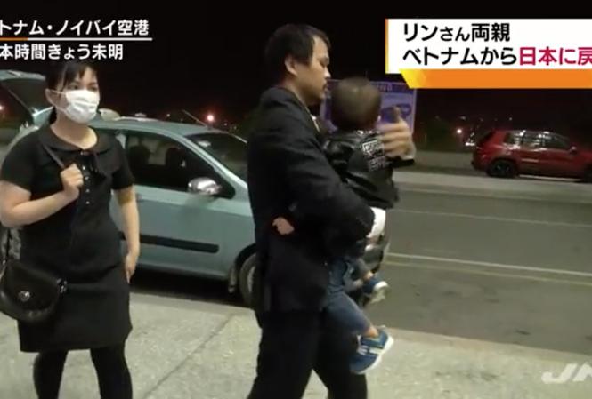 Cha mẹ bé Nhật Linh ra sân bay để về Việt Nam.