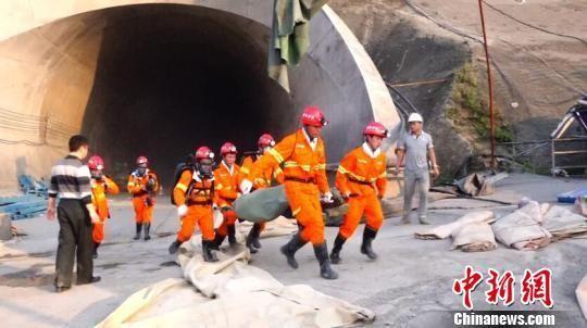 Hiện trường cứu hộ vổ nổ đường hầm tàu cao tốc. Ảnh: Chinanews