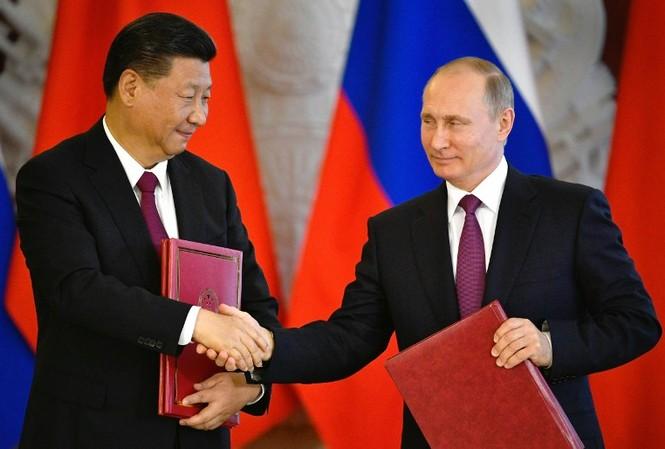 Chủ tịch Trung Quốc Tập Cận Bình và Tổng thống Nga Vladimir Putin kí một số văn bản tại Điện Kremlin hôm 4/7, trong đó có tuyên bố chung về bán đảo Triều Tiên. Ảnh: AFP