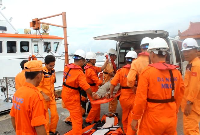 Lực lượng cứu nạn đưa một bệnh nhân bị thương trên biển vào cầu cảng Trung tâm phối hợp tìm kiếm cứu nạn hàng hải  khu vực II.