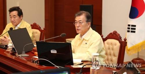 Tổng thống Hàn Quốc Moon Jae-in trong cuộc họp Nội các sáng nay, 21/8. Ảnh: Yonhap