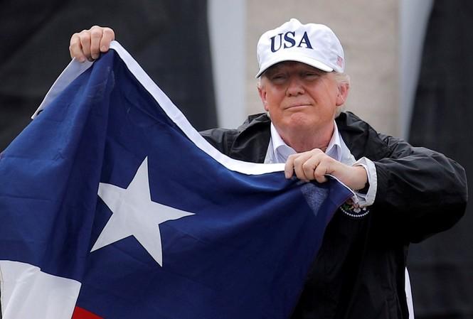 Tổng thống Trump vẫy lá cờ của bang Texas khi đến thăm bang này vào ngày 29/8. Ảnh: Reuters
