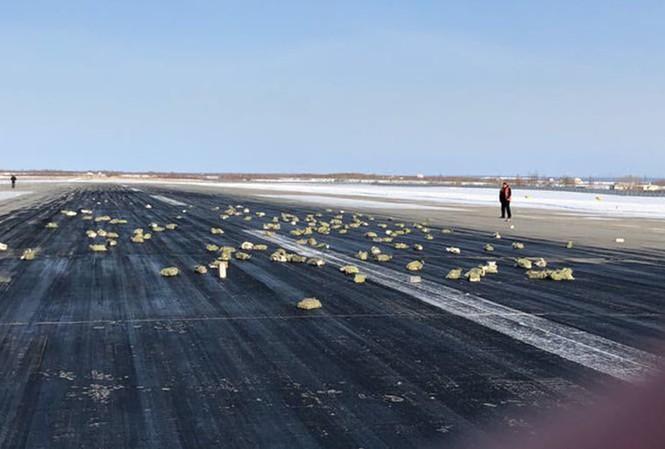 Số vàng và đá quý nằm rải rác trên đường băng sân bay Yakutsk. Ảnh: RT