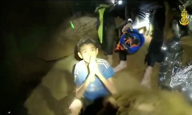 Thành viên đội bóng Thái Lan mắc kẹt trong hang động. Ảnh cắt từ video