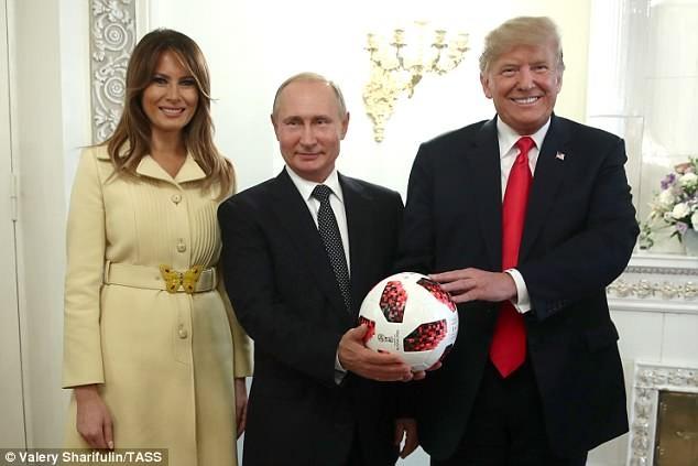 Tổng thống Mỹ Trump và phu nhân chụp ảnh cùng Tổng thống Nga Putin bên trái bóng World Cup. Ảnh: Tass