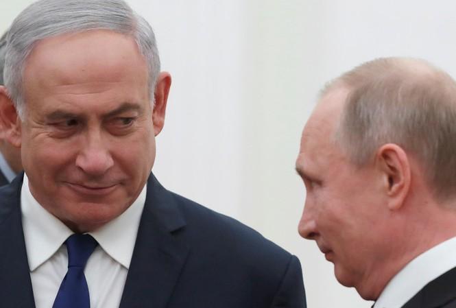 Tổng thống Nga Putin (phải) và Thủ tướng Israel Netanyahu (trái). Ảnh: Reuters