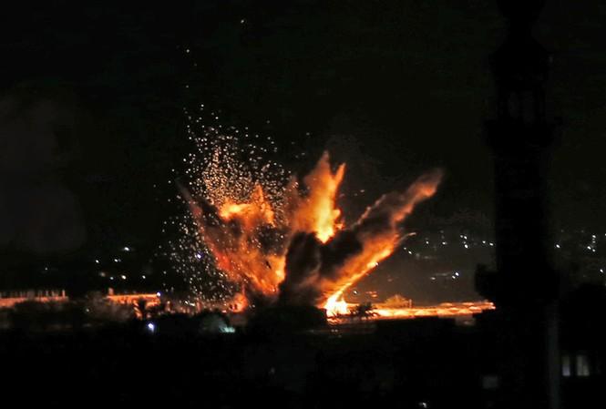 Một mục tiêu tại Dải Gaza nổ tung sau khi hứng bom của Israel ngày 12/11. Ảnh: AFP