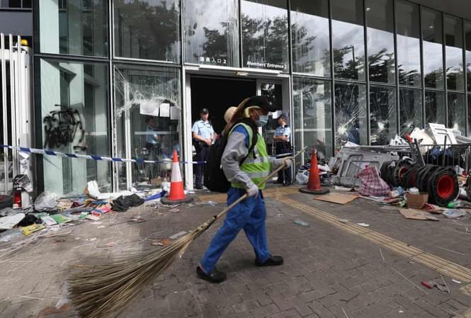 Người biểu tình tràn vào trụ sở Hội đồng lập pháp hôm 1/7. Ảnh: SCMP