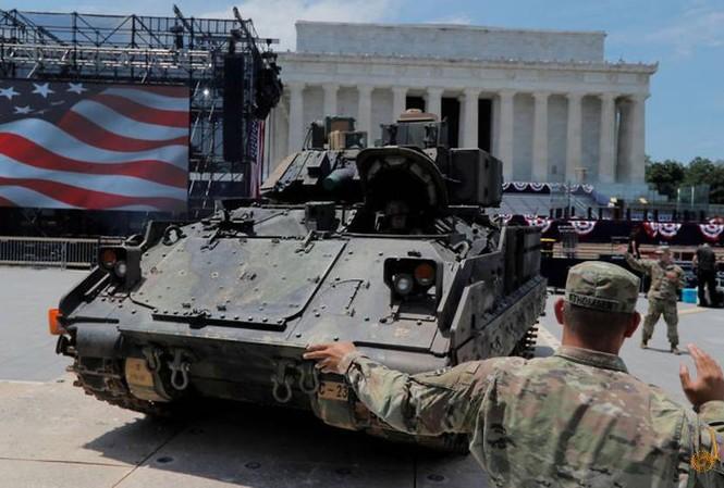 Xe chiến đấu Bradley vào vị trí tại lễ mừng Quốc khánh ở Đài kỉ niệm Lincoln (Washington, Mỹ). Ảnh: Reuters