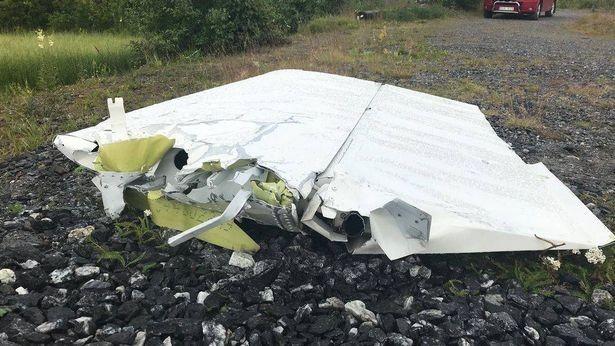 Mảnh vỡ máy bay dạt vào bờ sông Umea. Ảnh: EPA