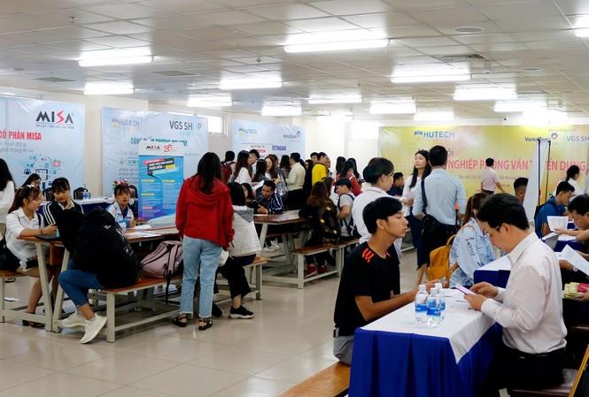 Rất đông sinh viên tham gia ứng tuyển tại Ngày hội Doanh nghiệp phỏng vấn tuyển dụng của Trường HUTECH