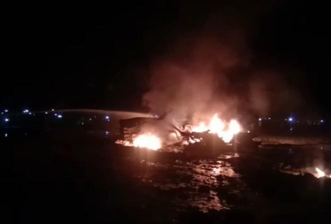 Xác tiêm kích Su-30MKI bốc cháy giữa cánh đồng. Ảnh: Twitter