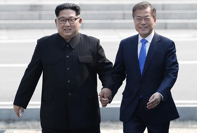 Chủ tịch Triều Tiên Kim Jong-un và Tổng thống Hàn Quốc Moon Jae-in gặp nhau tại DMZ. Ảnh: AP