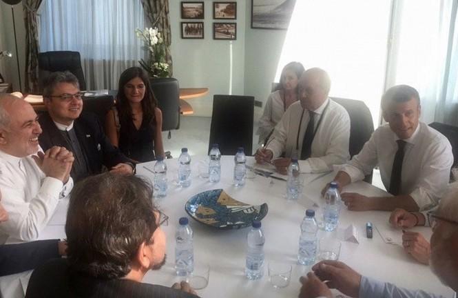 Ngoại trưởng Iran (áo trắng, bên trái ảnh) trong cuộc gặp với Tổng thống Pháp Macron (áo trắng, ngoài cùng bên phải ảnh). Nguồn: Twitter Ngoại trưởng Javad Zarif