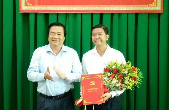 Bí thư Tỉnh ủy Long An Phạm Văn Rạnh trao quyết định và chúc mừng đồng chí Võ Thành Trí.