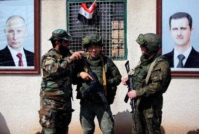 Binh sĩ Nga và Syria ở Damascus. Ảnh: Reuters