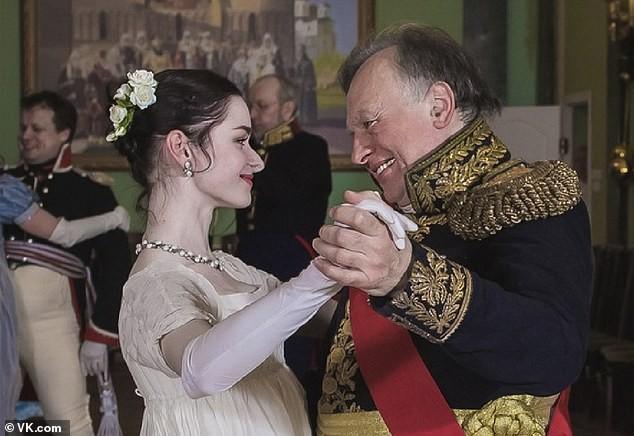 Ông Oleg Sokolov (phải) và Anastasia Yeschenko (trái).