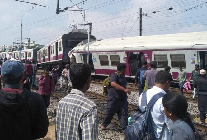 Một đoàn tàu trật bánh sau vụ va chạm. Ảnh: Twitter