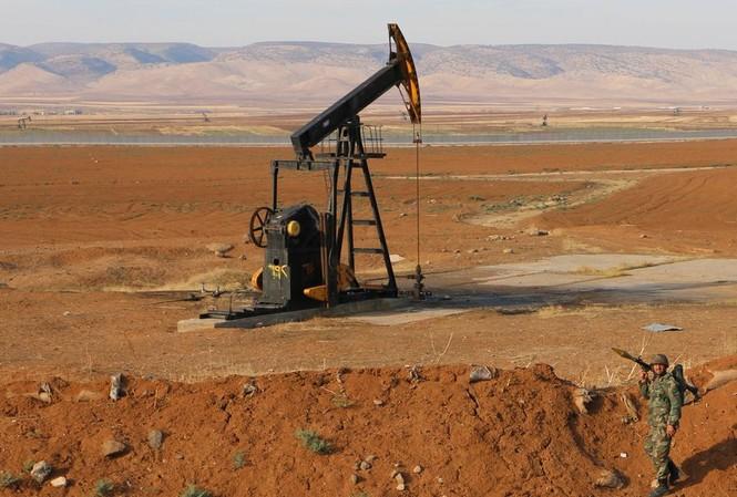Một binh sĩ Syria tại mỏ dầu ở tỉnh Hasakah. Ảnh: Tân Hoa Xã